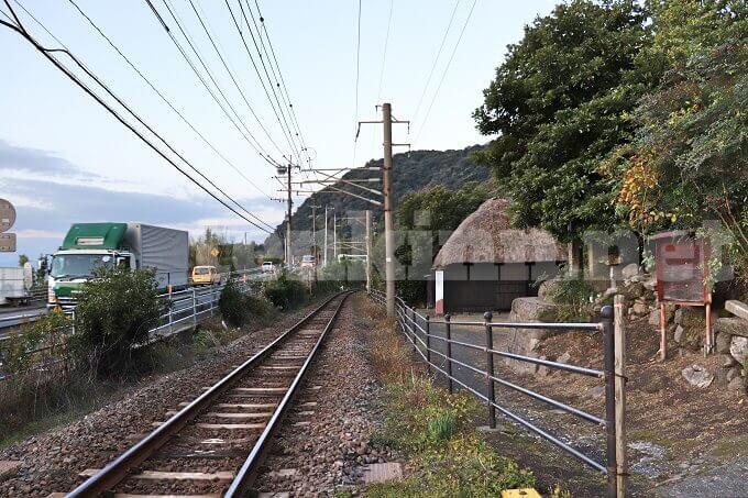 西郷隆盛蘇生の家と線路