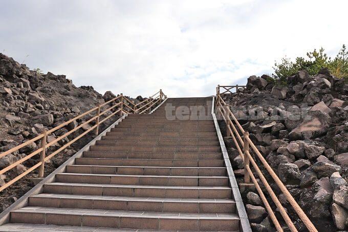 有村溶岩展望所の階段はきつい