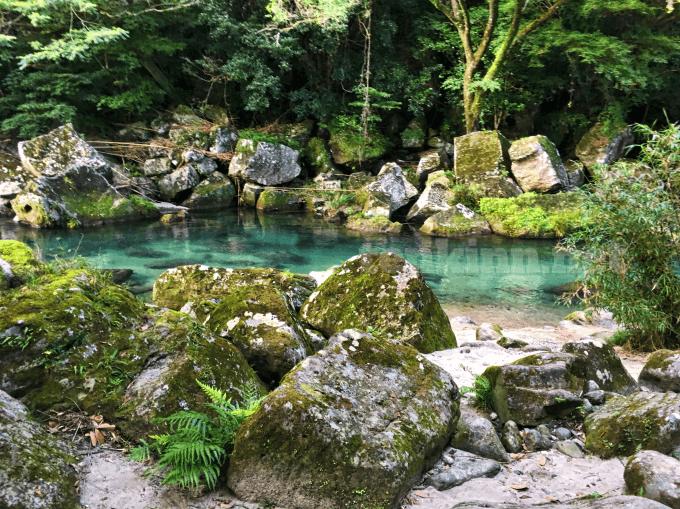 雄川の滝は、行く前も綺麗、エメラルドグリーンの川