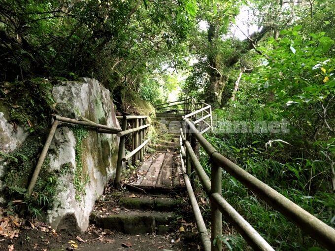仙巌園で険しい道を登山