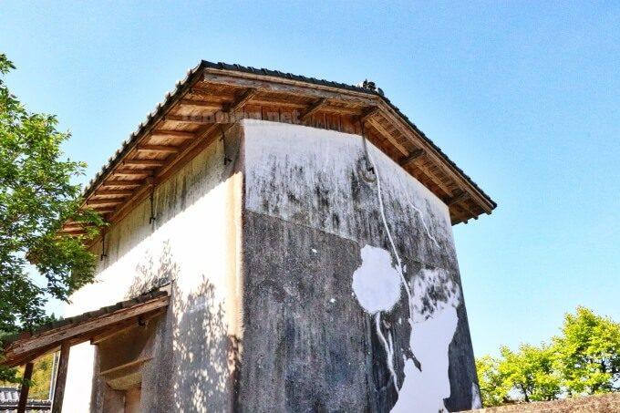 7知覧武家屋敷の森重堅庭園の倉庫の屋根はのせているだけ