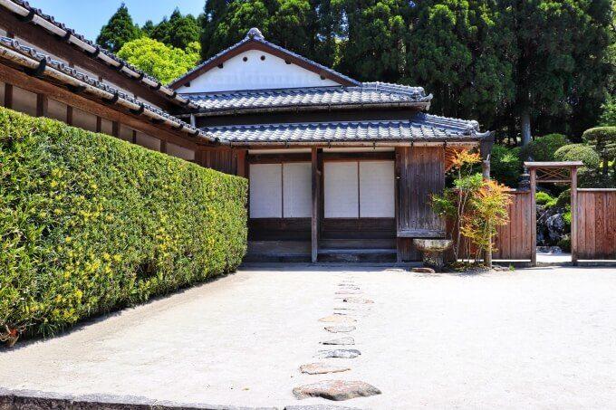 7知覧武家屋敷の森重堅庭園は、お殿様が歩く道と当主が歩く道が違う