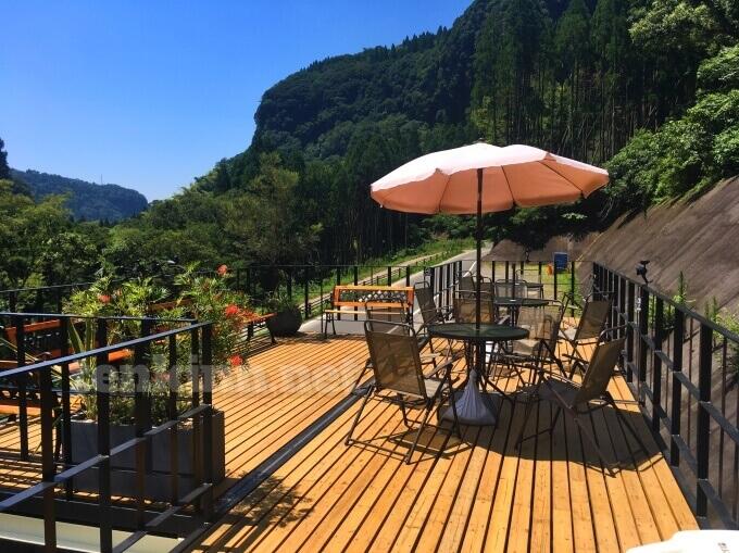 雄川の滝のカフェの食べるところは屋外