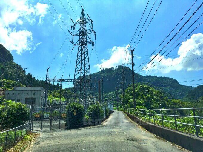 雄川の滝に行く道は狭い