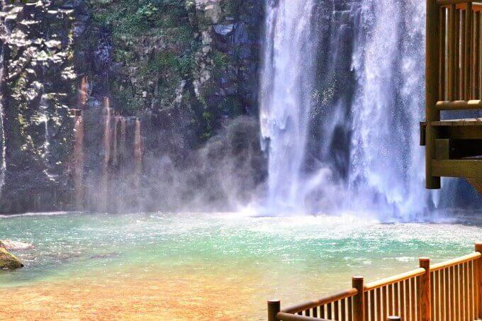 エメラルドグリーンの滝壺、雄川の滝