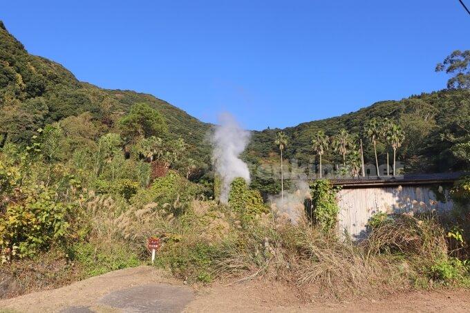 鰻温泉地区で一番大量の湯気が上がる間欠泉