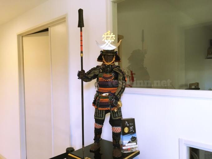 薩摩川内市の甲冑工房丸武の工房見学は、ミニチュア直江兼続がお出迎え