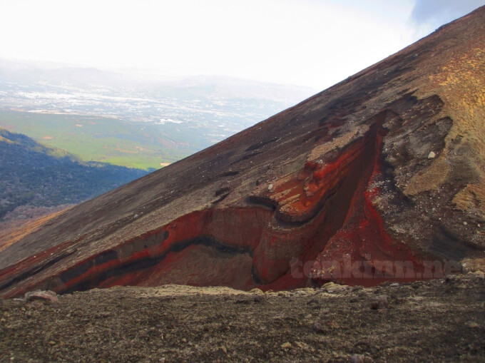 21高千穂峰登山、馬の背、左を見ると断層が。
