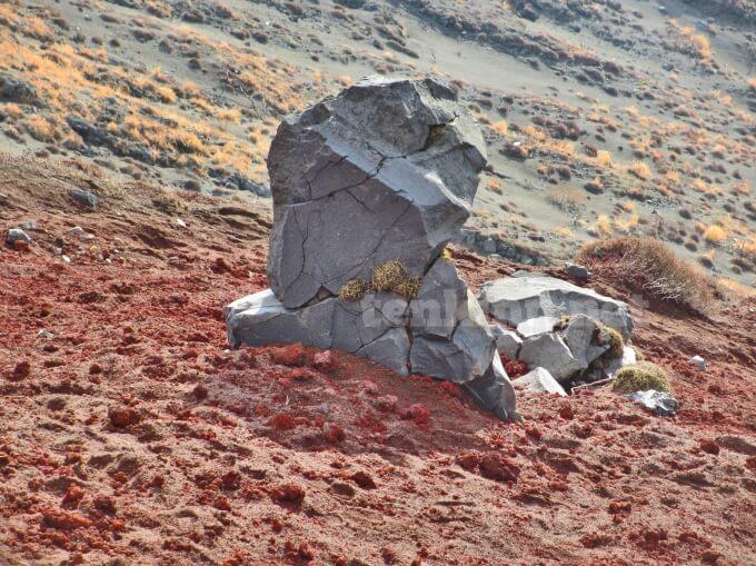 53高千穂峰登山、凄いバランスの石がいくつもあった
