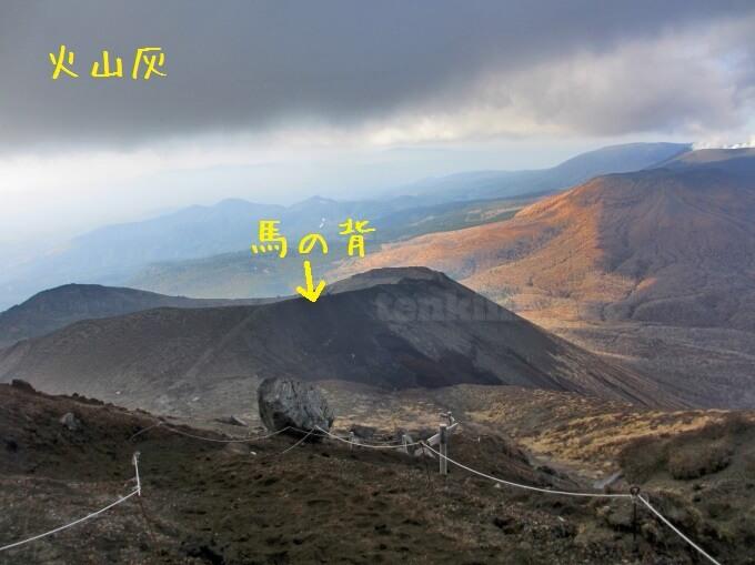 33高千穂峰登山、馬の背が段々下に