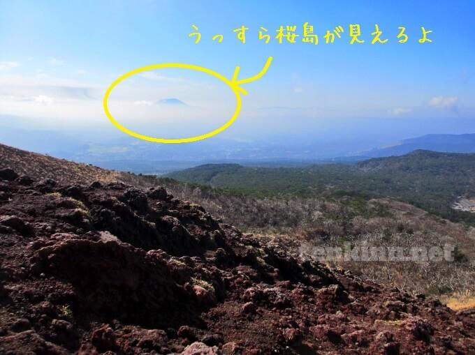 9高千穂峰登山、横を見ると桜島がうっすら