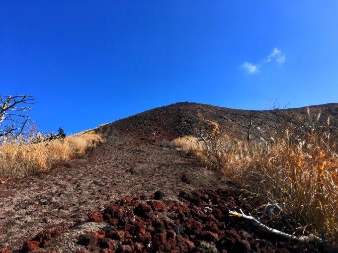 4高千穂峰登山、休憩ポイント!ズボンを脱いで頑張るぞ