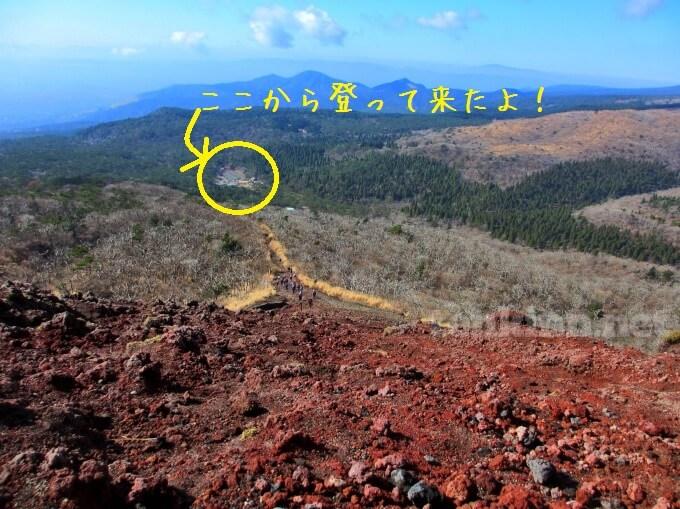 7高千穂峰登山、下を見ると遠くに高千穂河原の駐車場