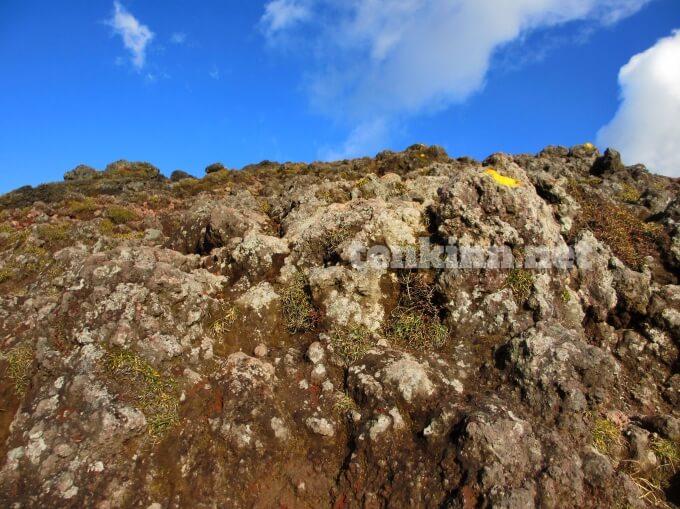 10.1高千穂峰登山、結構大きな岩もあるよ