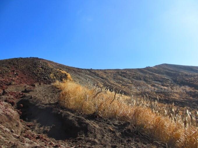 5高千穂峰登山、上を見上げるとお鉢が見えてきた