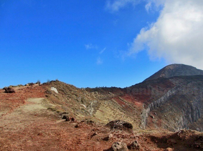 15高千穂峰登山、馬の背は平坦なので楽