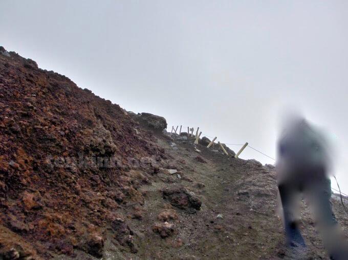 34高千穂峰登山、晴れているのに灰で暗い