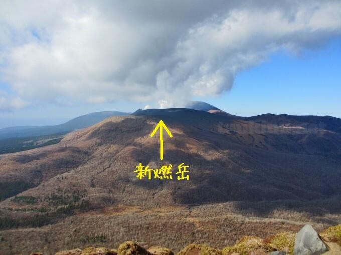 16高千穂峰登山、新燃岳は噴火中