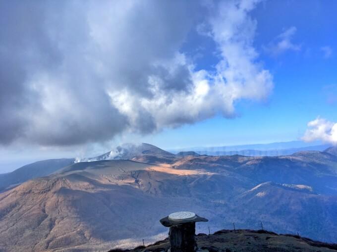 41高千穂峰登山、新燃岳の灰がな