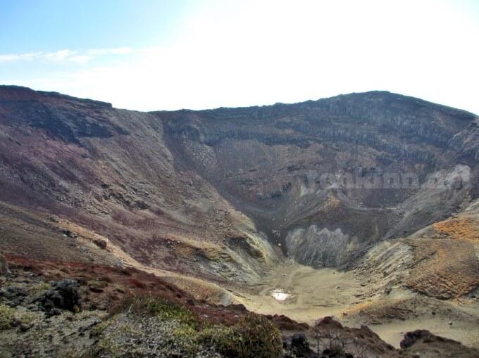 18高千穂峰登山、馬の背ではお鉢に滑落しないように気をつけて