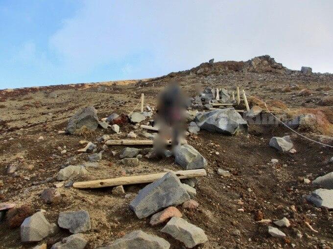 30高千穂峰登山、階段を作ってくれているけど滑る