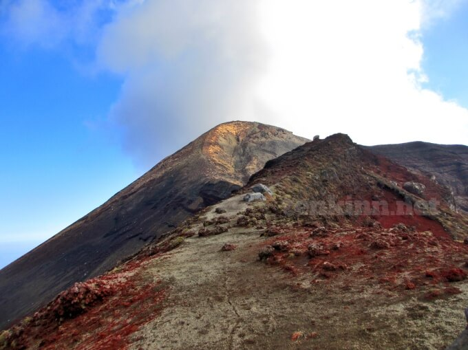 19高千穂峰登山、馬の背ずっと平坦かと思いきや登りキツイ