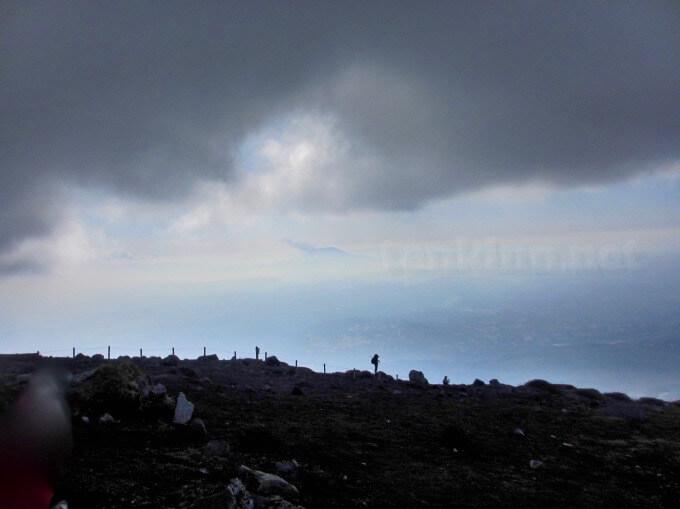39高千穂峰登山、うっすら桜島