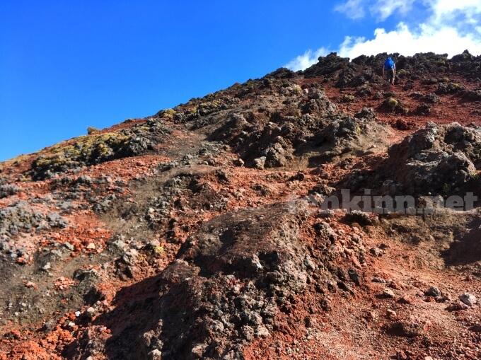 6高千穂峰登山、足元が赤土になってきた