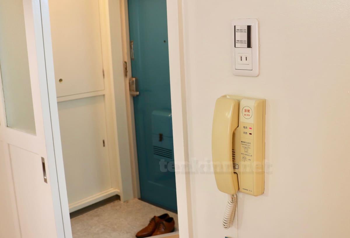 ビレッジハウスは汚いというより古い。インターフォンや玄関はこんな感じ