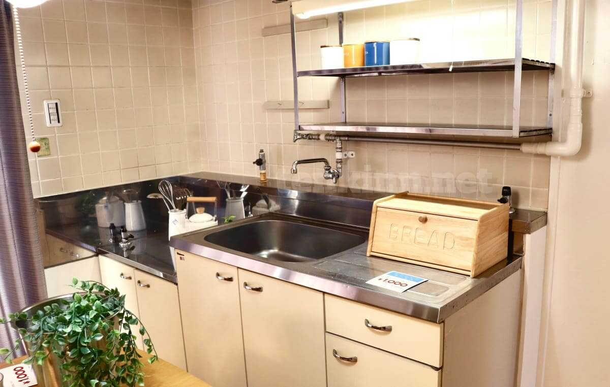 ビレッジハウスは汚いというより古い。キッチンはこんな感じ