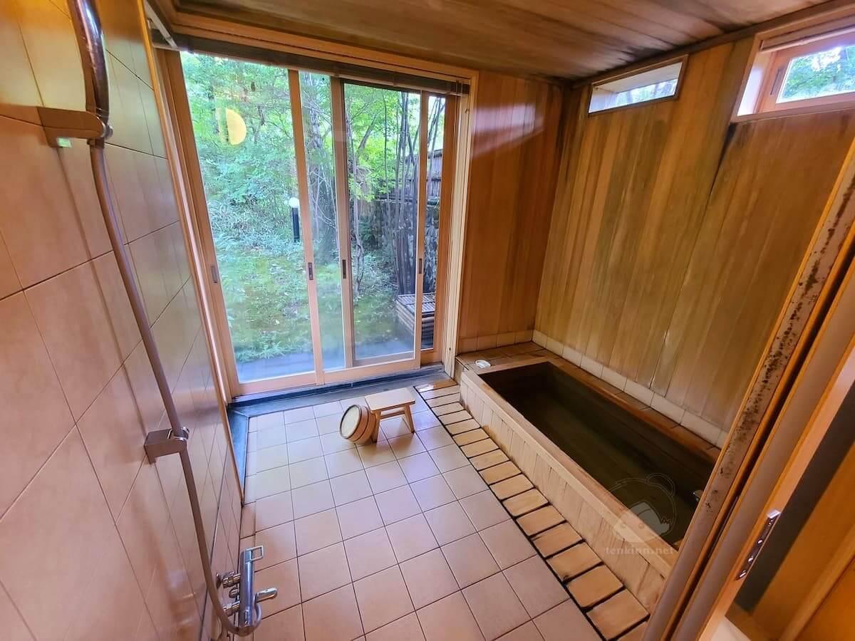 由布院玉の湯の部屋柚子お風呂は木