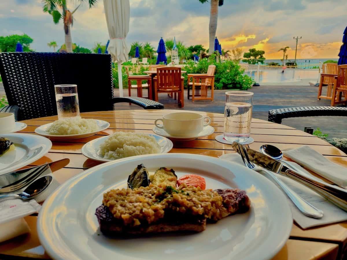 宮古島東急のプールサイドで夕食